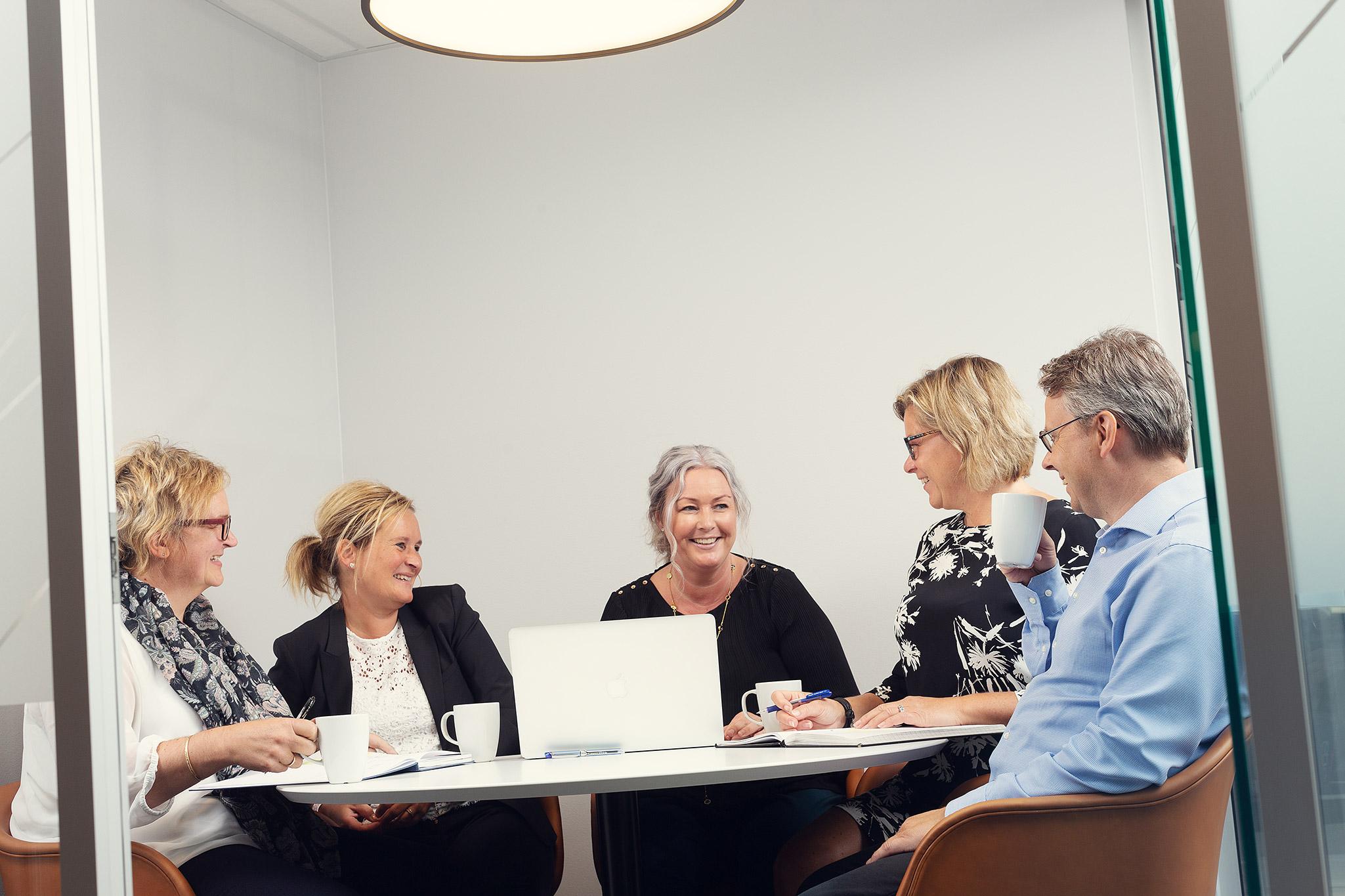 Fem av SLMs revisorer i et uformelt møte.