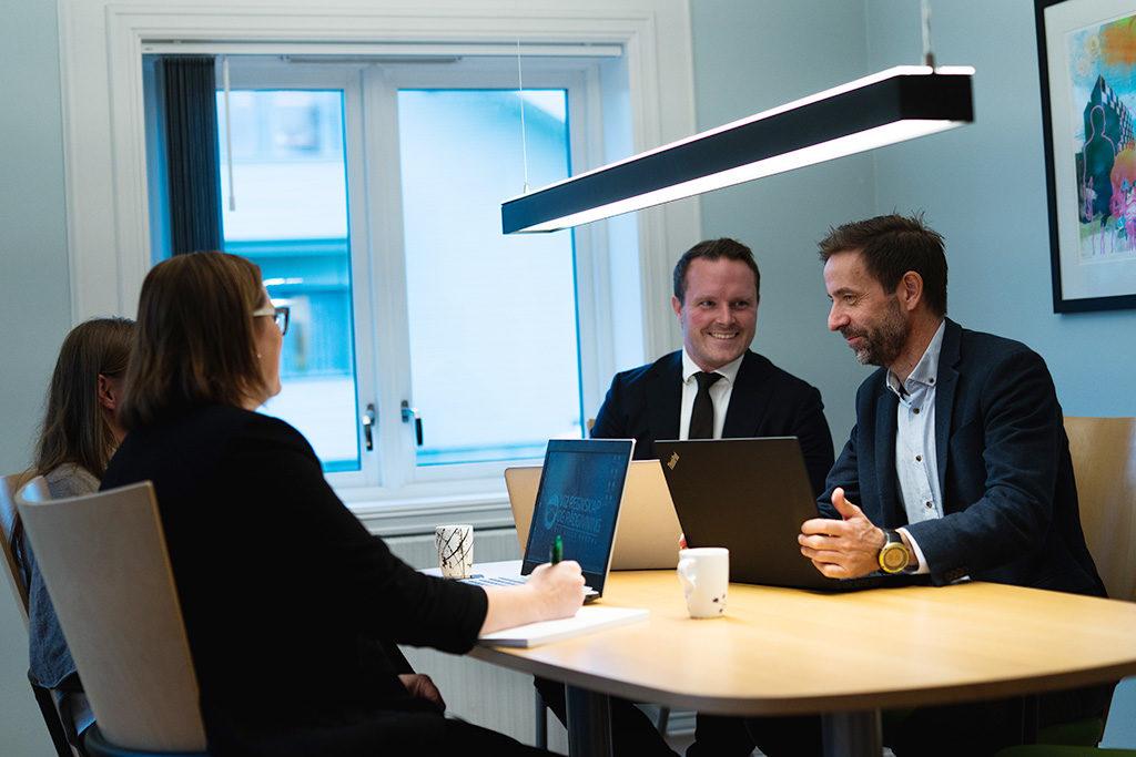 Katharina Sneltvedt og Vibeke Nessiøy i Vi2 Regnskap, Benjamin Nordhaug i Advokatfirmaet Halvorsen & Co ogJan Ove Hofseth i SLM Revisjon.